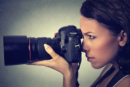 אישה עם מצלמה